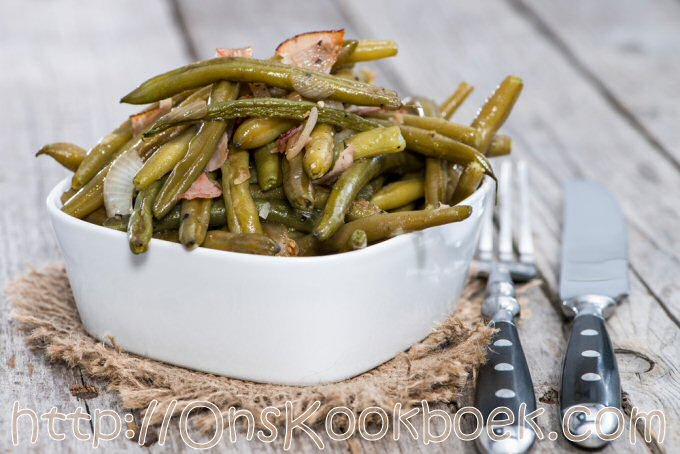 Boontjes koken en serveren met gebakken spek en sjalot