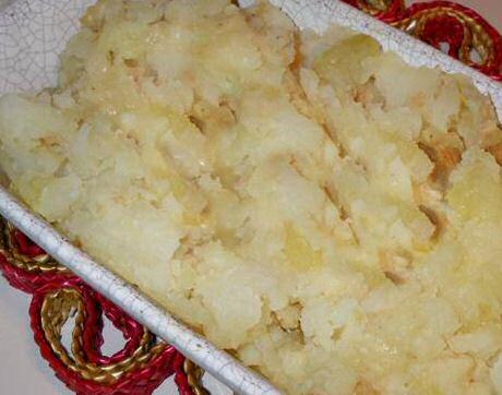 Lekker recept om knolselderpuree te maken met gebakken knolselder, aardappelen en geroosterde look