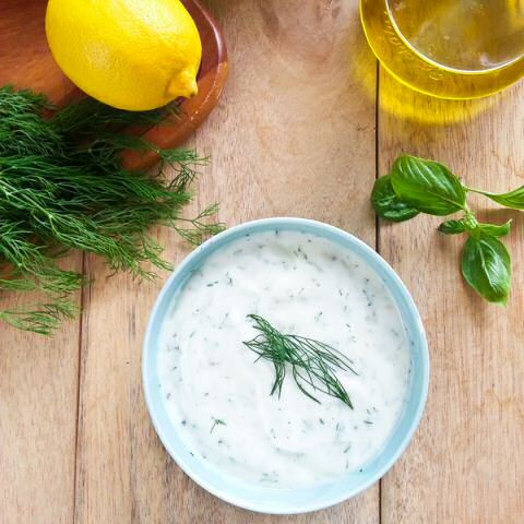 Maak snel zelf kruidenroom met room, verse fijngehakte tuinkruiden, peper, zout en citroensap