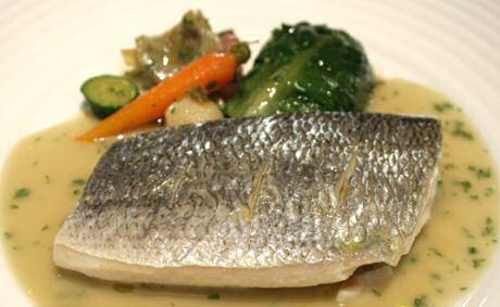 Witte vissaus maken met braadvocht van gebakken vis