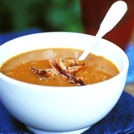 Makkelijk pompoensoep recept van Jeroen Meus, geserveerd met dunne reepjes gebakken spek