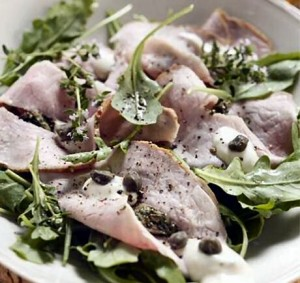 Vitello Tonnato van Jeroen Meus: gekookt kalfsvlees met tonijnmayonaise, raketsla en gebakken kappertjes