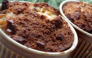 Broodpudding recept van Jeroen Meus: beslag maken en bakken met chocolade en rozijnen