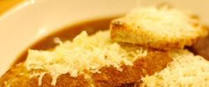 Bruschetta maken in de oven met look en vers geraspte Parmezaanse kaas