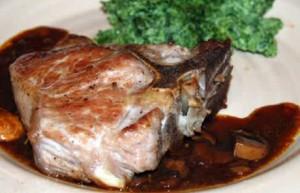 Kalfskotelet recept: vlees bruinen in een hete pan met boter, afbakken in de oven en serveren met gekookte aardappelen, waterkers en blackwellsaus of spinaziepuree met champignonsaus van het braadvocht