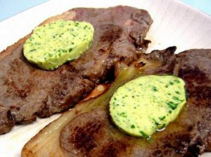 Kruidenboter maken met look, sjalot, geraspte citroen en sap, peper en zout, op forel in de oven of serveren op gebakken aardappelen