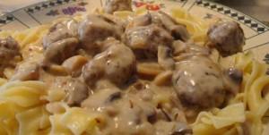 Snelle spaghetti koken met een romige saus van paddestoelen, worst, gorgonzola en stukjes spek