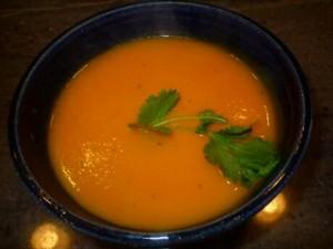 Wortelsoep recept van Jeroen Meus maken met ui, wortelen, kruidenbuiltje en bouillon, pureren en serveren met zelf gemaakte kaasballetjes