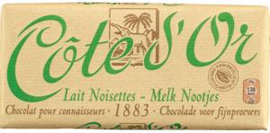 Klassieke verpakking van een reep Cote d'Or melkchocolade met hazelnoten