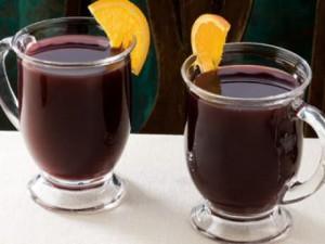 Gluhwein maken met zeste en sap van sinaasappel en citroen, kaneel, laurier, kruidnagel, bruine suiker, rode wijn, water en cognac