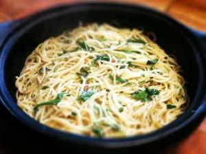 Snelle spaghetti maken met ansjovis, ui, chili, look, citroen, peterselie en raketsla