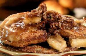 Wentelteefjes recept met kaneel en nootmuskaat geserveerd met gebakken banaan en bruine suiker