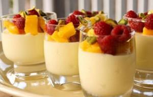 Stap voor stap recept met foto's om witte chocolademousse te maken met witte chocolade, eieren, grand marnier, melk , gelatine en exotisch fruit
