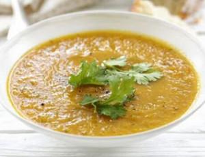 Wortelsoep recept van Jeroen Meus, afgewerkt met curry, kokosmelk, kip en blaadjes verse koriander