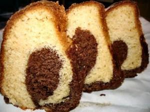 Marmercake met van buiten frangipanecake en van binnen 1 laag chocoladecake