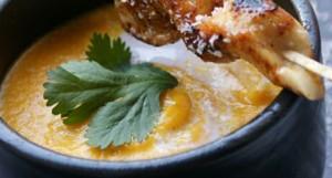 Wortelsoep recept met curry, koriander, kokosmelk en kippensate