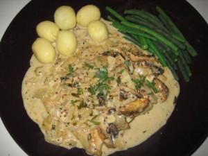 Kip met dragonsaus, gekookte aardappelen en boontjes
