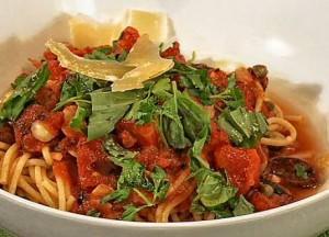 Vegetarische pasta met olijven, tuinkruiden en Parmezaanse kaas