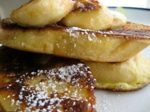 Verloren brood recept volgens jeroen meus met gebakken bananen en poedersuiker geserveerd