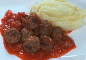 Balletjes in tomatensaus volgens Jeroen Meus: voorgebakken in een pan, gaargekookt in de saus, geserveerd met aardappelpuree