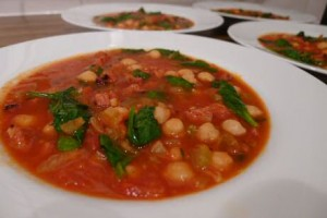 Kikkererwtensoep met chorizo, soepgroenten, flink veel tomaten en verse spinazie