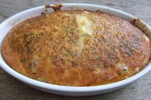 Omelet recept van Jeroen meus in de oven met spek, aardappel, champignongs, tuinkruiden en kaas.