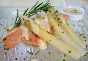 Wite asperges met gerookte zalm, hollandaisesaus, fijn gesnipperde bieslook en een takje rozemarijn