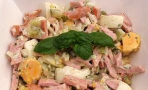 Vleessalade maken met hardgekookte eieren en mayonaise