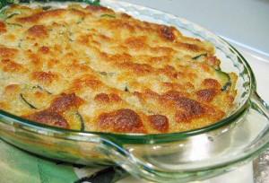 Courgette gegaard in gekruide room en melk in de oven, gegratineerd met geraspte kaas