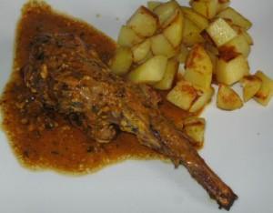 Lekker en makkelijk recept van Jeroen Meus om konijnenbouten te maken in de oven, geserveerd met gebakken aardappelen