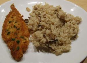 Makkelijk recept om gepaneerde schelvis te bakken in de pan of als fishsticks te frituren, geserveerd met champignonrisotto